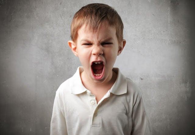 Como conversar com uma criança irritada