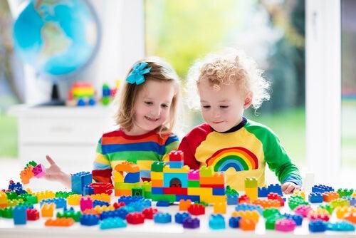 Os benefícios dos brinquedos de montar para crianças