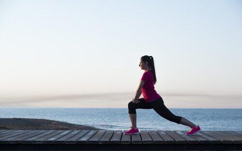 mulher fazendo exercícios para tonificar as pernas