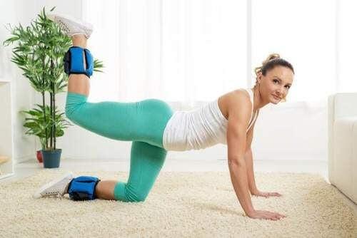 Os exercícios para tonificar os glúteos podem ser feitos em casa.