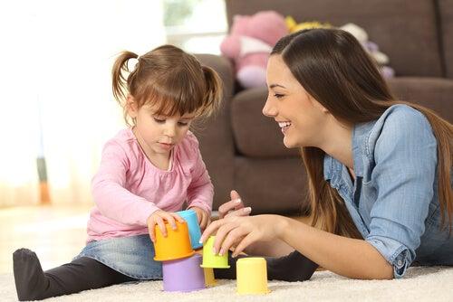 menina brincando com a babá