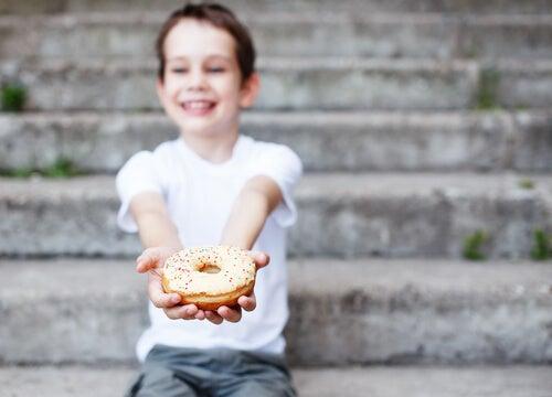 menino segurando um donut