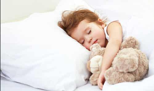 Quanto a criança deve dormir de acordo com sua idade?