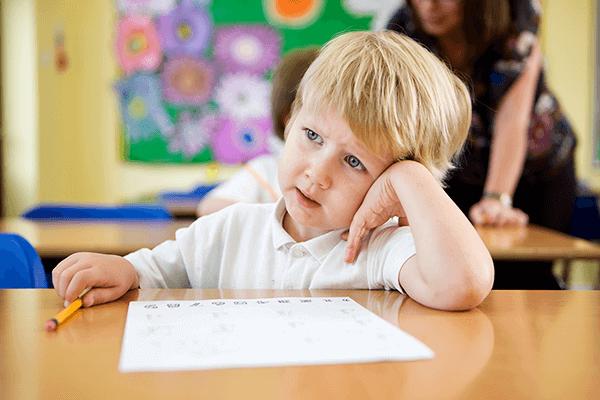 menino distraído na escola