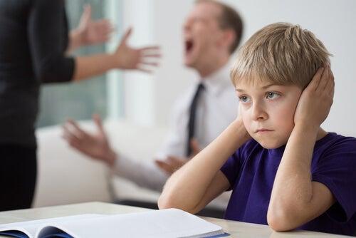 Como conduzir uma discussão na frente das crianças?