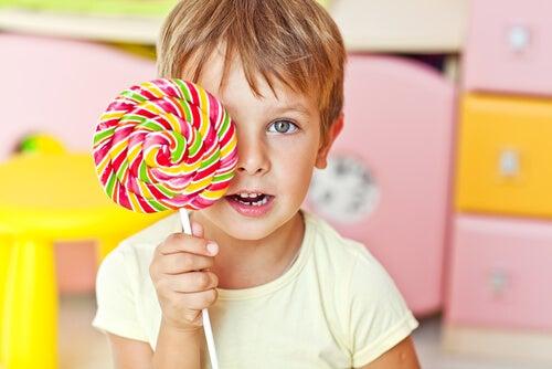 Como o consumo de açúcar afeta o comportamento e a concentração das crianças?