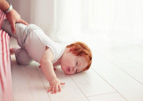 Por quanto tempo uma criança deve ficar acordada depois de bater a cabeça?