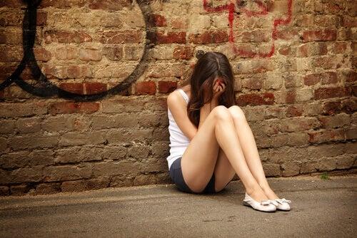 garota adolescente com depressão sentada no chão