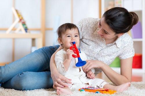 3 maneiras de entreter o bebê durante o dia