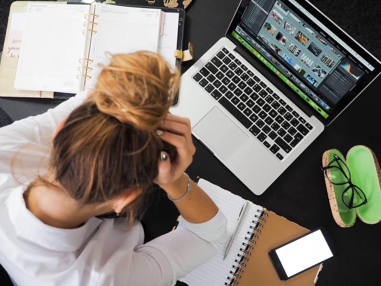Mãe empresária no computador
