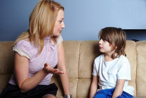 mãe falando com filho