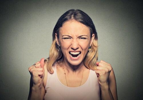 Pais que usam o abuso verbal para educar acabam com a autoestima dos filhos