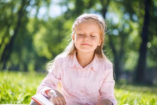 Menina no silencio do campo