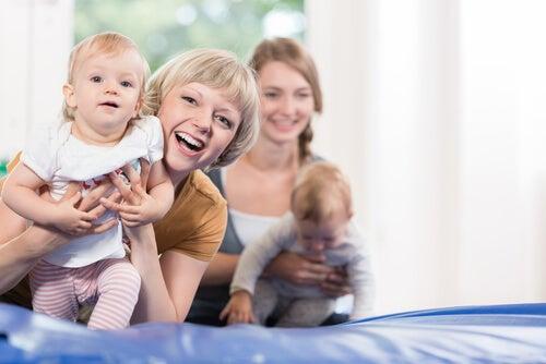 bebê com a mãe na academia