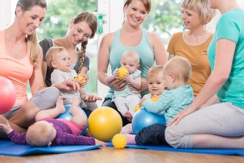 bebês com as mães na academia