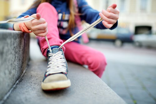 Como ensinar a criança a amarrar o cadarço