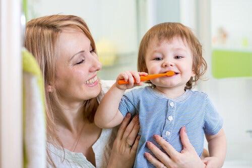 Importância da escovação para evitar manchas nos dentes permanentes