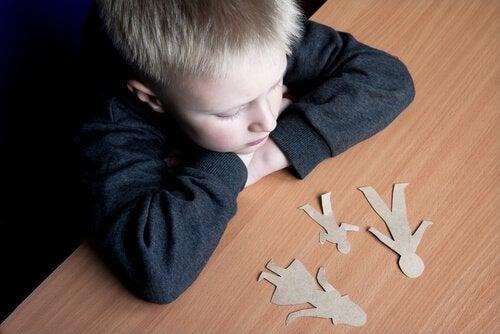 criança pensando na separação de seus pais