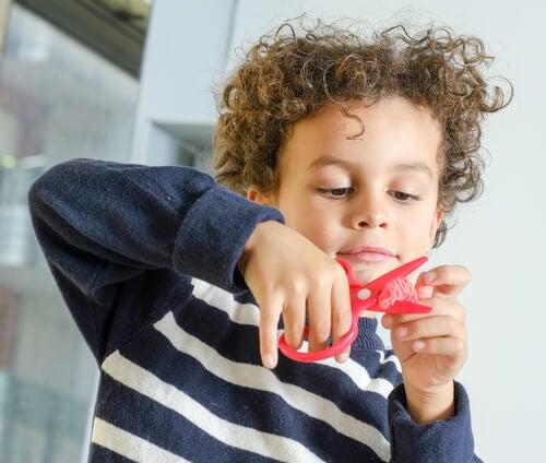 Ensinar a criança a recortar requer um pouco de paciência