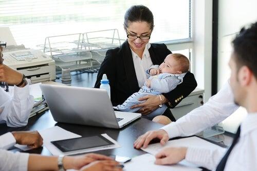 Ser mãe e ter um cargo de chefia: uma missão possível