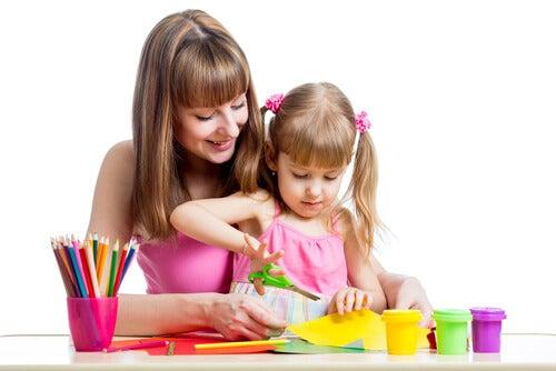 Os pais devem se envolver e ter tempo para ensinar a criança a recortar