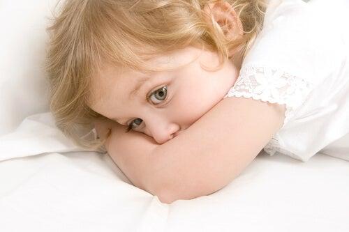 menina assustada na cama