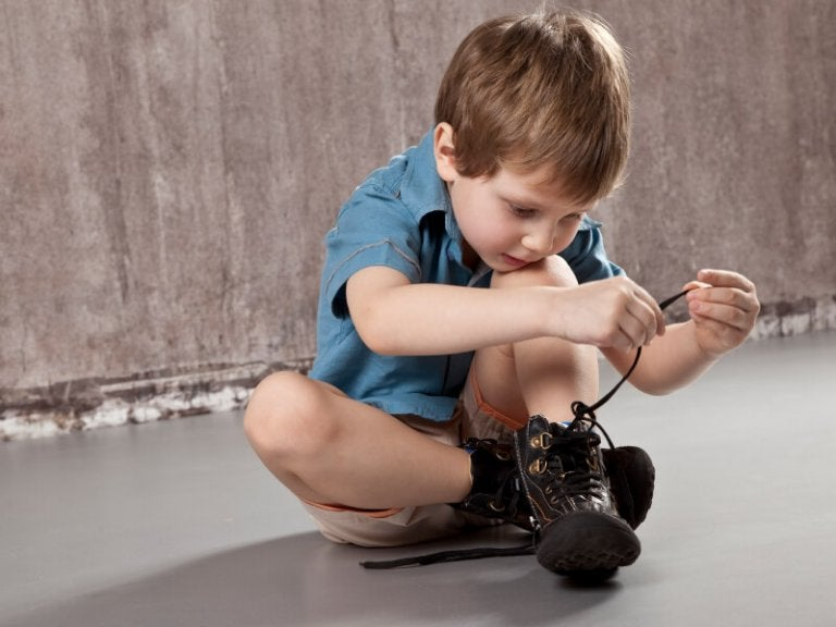Ensinar a criança a amarrar o cadarço requer prática e paciência.