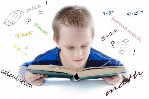 menino com livro de matemática