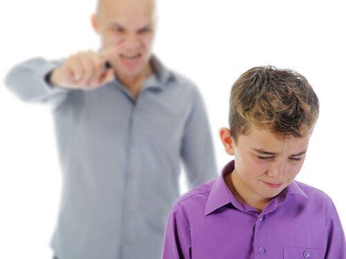 Ninguém cria bons filhos gritando