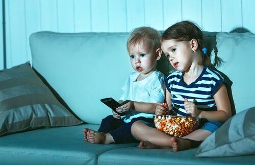 Porque as crianças assistem ao mesmo filme várias vezes?