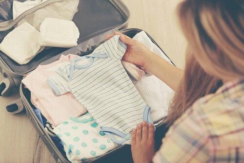 roupas de bebê para levar para o hospital