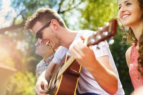 tocar guitarra sempre é um excelente programa