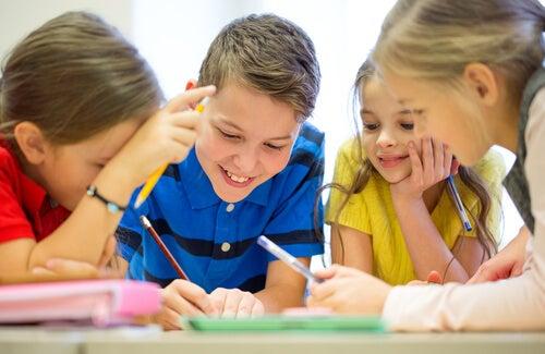 crianças trabalhando em grupo
