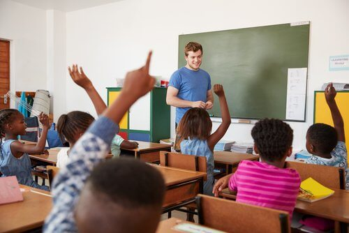 crianças participativas na aula