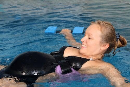 Benefícios de praticar natação durante a gravidez