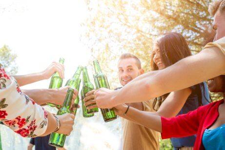 jovens juntos bebendo