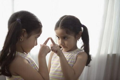 menina se olhando no espelho