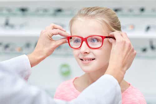 Como saber se meu filho precisa de óculos?