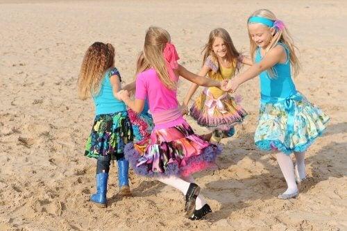 meninas brincando de ciranda
