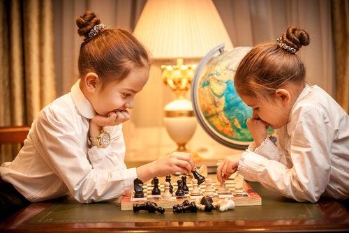 meninas gemeas jogando xadrez