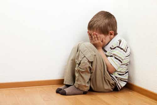 Por que as crianças têm medo de ficar sozinhas?