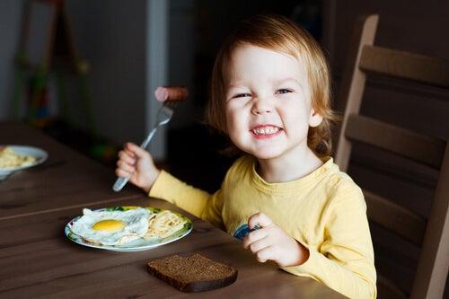 menino comendo ovos