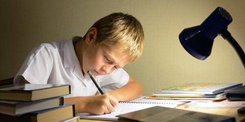 Muitas crianças costumam fazer o dever de casa na mesa da sala de jantar