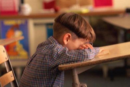 menino com medo de ir a escola