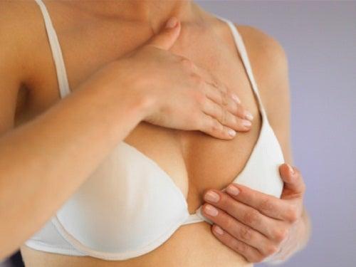 inflamação ou protuberância na mama