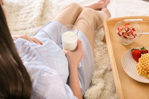 grávida bebendo leite