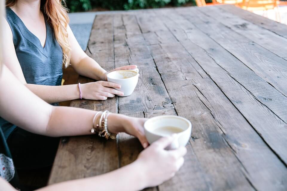 mulheres conversando no café