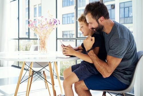 Os pais devem mexer no celular dos filhos?