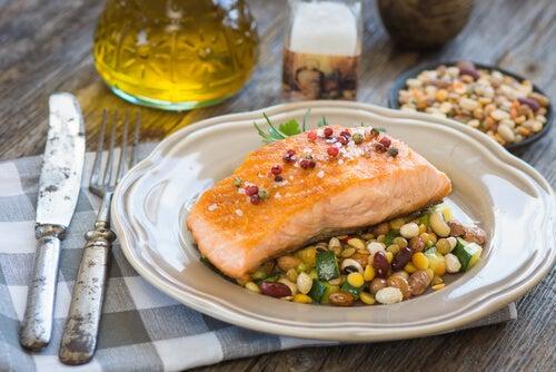 Sirva o peixe e os legumes no mesmo prato.