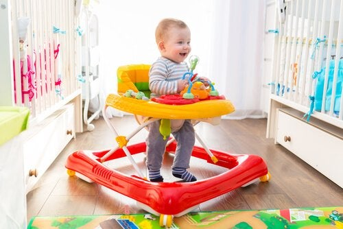 Vantagens e desvantagens dos andadores para bebês